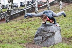 La belle fille drôle font des exercices physiques en parc Images stock