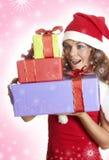 La belle fille est étonnée à un cadeau de Noël Photo stock