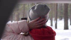 La belle fille est venue à la forêt, pris téléphone posé devant la caméra clips vidéos