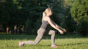 La belle fille fait des exercices en parc clips vidéos