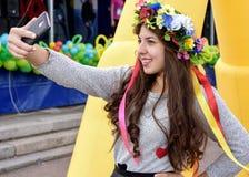 La belle fille fait le selfie en vacances Photos stock