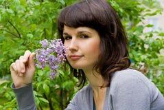 La belle fille garde le lilas Photos libres de droits
