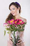 La belle fille heureuse donnent une orchidée sauvage Photographie stock
