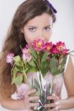 La belle fille heureuse donnent une orchidée sauvage Photo stock