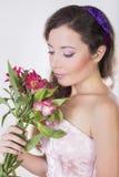 La belle fille heureuse donnent une orchidée sauvage Photo libre de droits