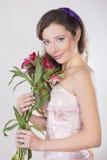 La belle fille heureuse donnent une orchidée sauvage Images libres de droits