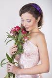 La belle fille heureuse donnent une orchidée sauvage Image libre de droits