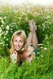 La belle fille heureuse se situe dans le domaine du camo Images stock