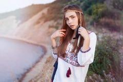 La belle fille hippie dans le style chic de Bochho se tient sur le fond de la mer Photo libre de droits