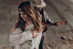 La belle fille indépendante sensuelle dans le boho de hippie vêtx la pose de f Photographie stock