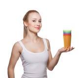 La belle fille la blonde tient des verres Photographie stock