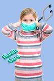 La belle fille malade protègent la grippe par le masque pour l'enfant photos stock