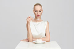 La belle fille mange du sucre Photos libres de droits