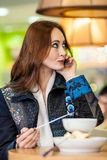La belle fille mange la fondue de chocolat photos libres de droits