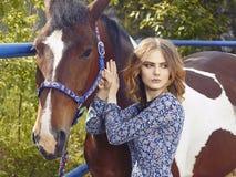 La belle fille marche avec un cheval Photo stock