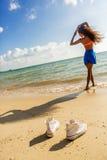 La belle fille noire adolescente dans des espadrilles blanches sur le sable de soit Photographie stock libre de droits