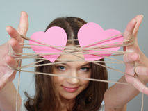 La belle fille retient deux coeurs roses dans des ses mains Image libre de droits