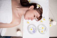 La belle fille se situant dans le sauna de massage de station thermale photographie stock libre de droits