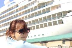 Belle jeune fille au bateau de croisière Photo stock