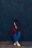 La belle fille se tient près du mur Images libres de droits