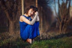 La belle fille souffre. photo stock