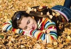 La belle fille sur la promenade d'automne Photographie stock