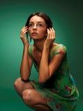 La belle fille sur un fond vert Image stock