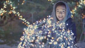 La belle fille tient une boule avec des lampes d'illumination clips vidéos