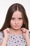La belle fille tient une chaîne autour de son cou photo stock
