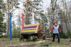 La belle fille tire un chariot avec les crayons colorés Photo libre de droits
