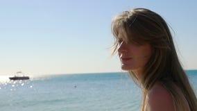 La belle fille va sur la mer Plan rapproché HD banque de vidéos