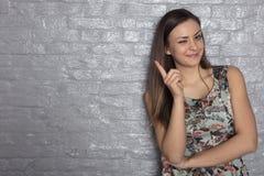 La belle fille vous avertit avec un doigt photo libre de droits