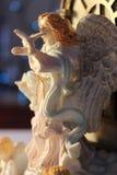 La belle fin vers le haut de l'ange de Noël tenant un blanc a plongé Photos stock