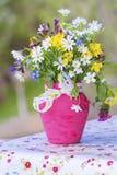 La belle forêt fleurit dans le vase rose avec le ruban - fin  photographie stock libre de droits