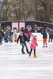 la belle glace allante froide de fond a isolé la femme blanche de patinage normale légère Photographie stock libre de droits