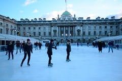 la belle glace allante froide de fond a isolé la femme blanche de patinage normale légère Photos libres de droits