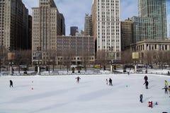 la belle glace allante froide de fond a isolé la femme blanche de patinage normale légère Photographie stock