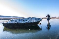 la belle glace allante froide de fond a isolé la femme blanche de patinage normale légère Photo libre de droits