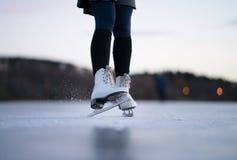 la belle glace allante froide de fond a isolé la femme blanche de patinage normale légère photos stock