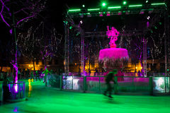 la belle glace allante froide de fond a isolé la femme blanche de patinage normale légère Noël juste Carcassonne france Photographie stock