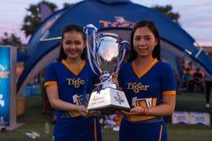 La belle hôtesse deux cambodgienne tient le trophée du football images stock