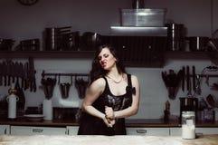 La belle hôtesse faisant cuire, malaxent la pâte Photo libre de droits