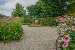 La belle idée de jardin dans le modèle fait du jardinage Appeltern, Nederland Photographie stock
