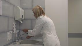 La belle infirmière lave des mains clips vidéos