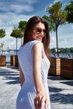 La belle jeune brune de femme sexy s'est habillée dans le fashionab élégant Photo libre de droits