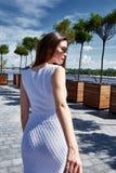 La belle jeune brune de femme sexy s'est habillée dans le fashionab élégant Photographie stock libre de droits
