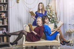 La belle jeune et heureuse amie de femme célèbrent Noël Images stock