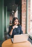 La belle jeune femme asiatique mignonne dans le café, ont plaisir à boire le cof photographie stock libre de droits