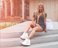 La belle jeune femme blonde sexy avec le long chiffre mince mince corps parfait et joli visage de cheveux onduleux préparent port photo stock