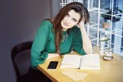 La belle jeune femme caucasienne autour de se reposer trente heureux en café, prenant le petit déjeuner, boivent l'eau pure Photos libres de droits